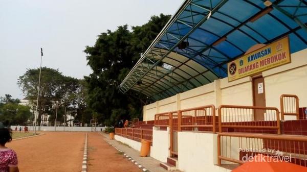Di salah satu sisi lapangan bola juga telah dibuatkan tribun bagi penonton