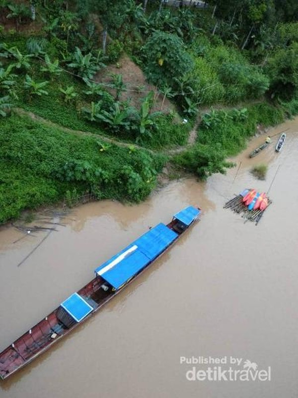 Aliran Sungai Nam Ou di pagi hari, dengan perahu-perahu yang siap menyusuri sungai.
