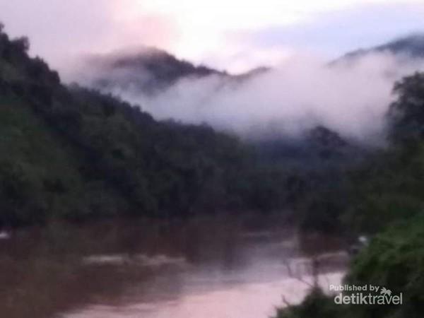 Indahnya pegunungan yang masih diselimuti kabut pagi di Nam Ou River.