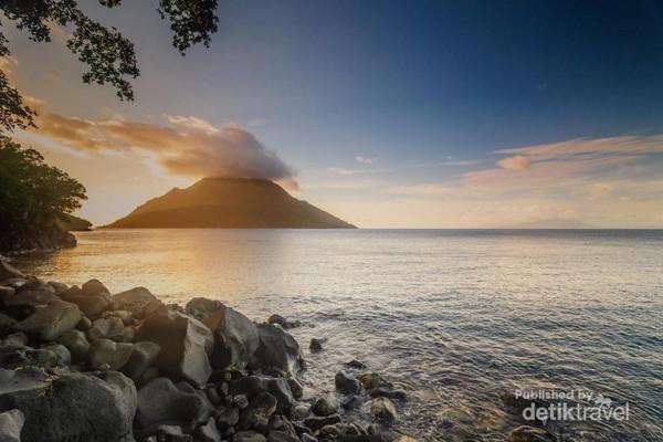 Pulau Hiri dilihat dari pantai sulamadaha