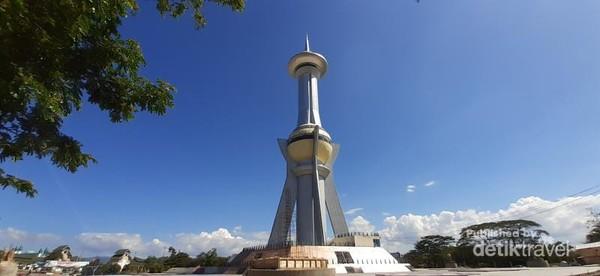 Tinggi keseluruhan tugu adalah 99 meter yang melambangkan Asmaul Husna atau 99 nama Allah
