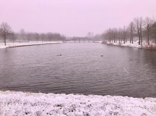 Di saat salju turun pun suasana taman kota senantiasa nyaman