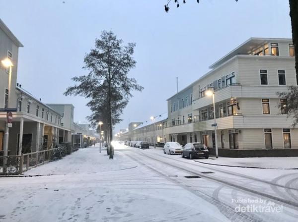 Suasana sore di sekitar rumah kami saat salju turun