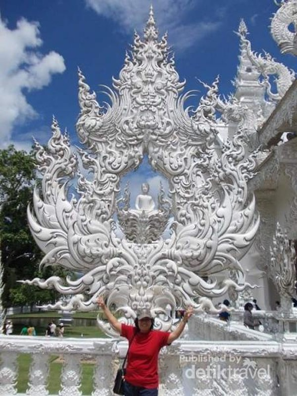 Indahnya kuil putih dipadukan dengan birunya langit Chiang Rai kala itu.