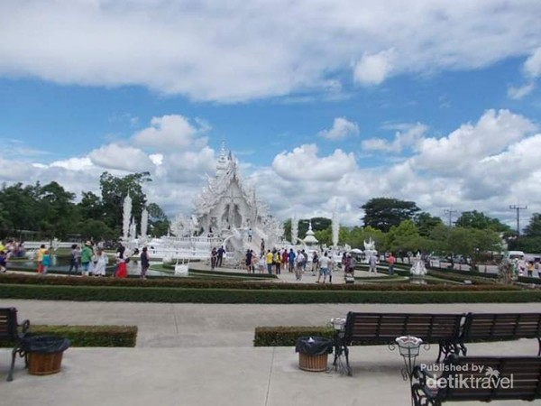 Kemegahan Wat Rong Khun sudah tampak dari kejauhan.