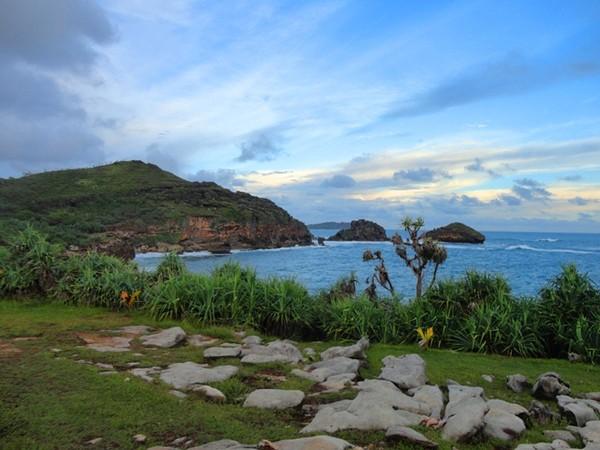 Hamparan batu di tebing Pantai Jogan