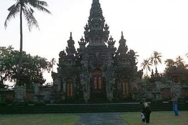 Bak gerbang semuah kuil tradisional Bali.