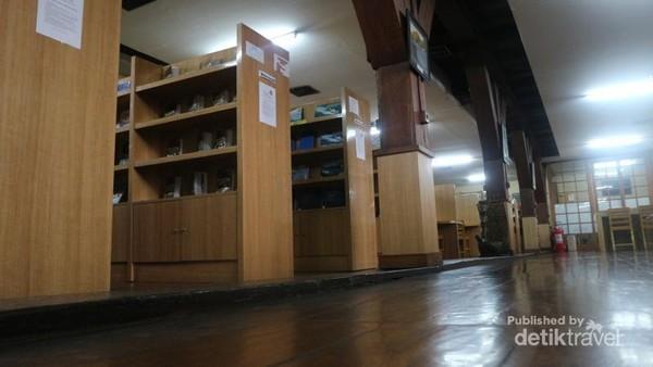 Perpustakaan yang menyimpan koleksi buku dan jurnal tentang kemaritiman Indonesia
