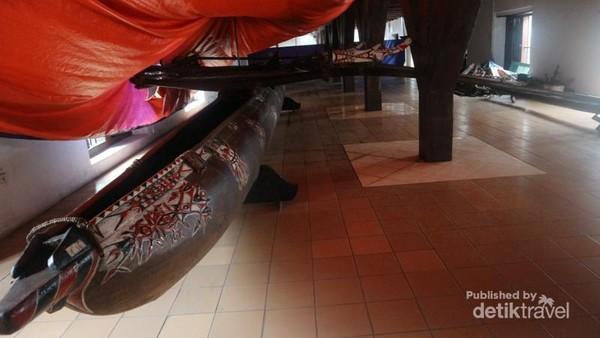 Ruang koleksi kapal Nusantara yang ditutupi terpal untuk mencegah kebocoran saat hujan.