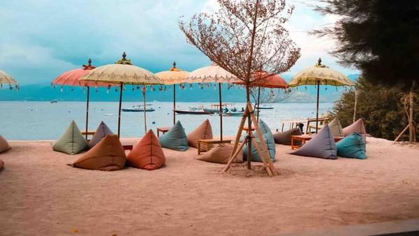 Duduk di atas bean bag sambil Menikmati pemandangan pantai Gili Trawangan yang indah