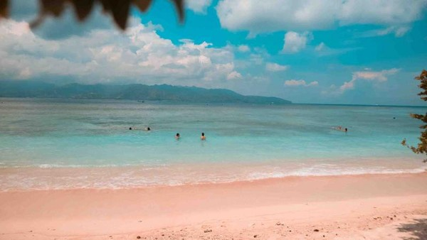 Pantai di Gili Trawangan terlihat sangat bersih dan jernih. Waktu yang tepat untuk kesini adalah saat pagi dan sore hari, sebab cuacanya tidak terlalu panas.