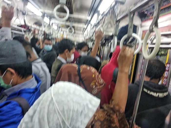 Foto viral penumpang KRL berdesakan di salah satu gerbong (dok Istimewa)