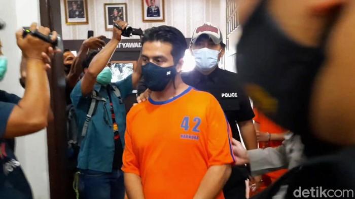 Mantan suami Dina Lorenza ditangkap karena narkoba. Polisi menyita barang bukti berupa ganja hingga sabu dari Gathan Saleh Hilabi alias GSH.