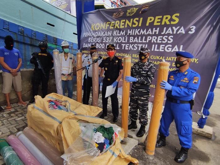 Jumpa pers sampah barang bekas dan kain ilegal dari Malaysia terbongkar di Kendal, Jumat (5/2/2021).