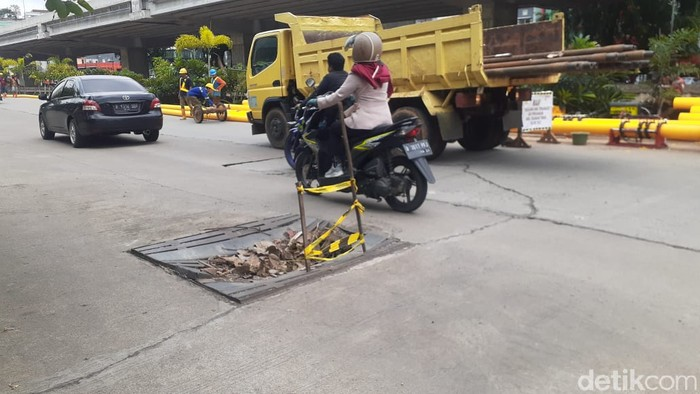 Kerusakan Jl KH Noer Ali atau Jl Raya Kalimalang, sekitar proyek Tol Becakayu, 5 Februari 2021. (Afzal Nur Iman/detikcom)