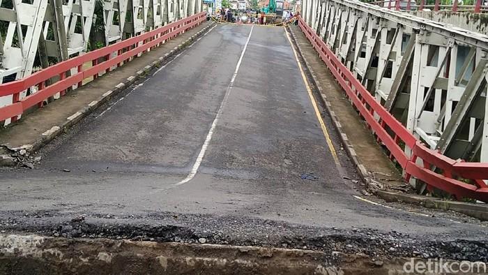 Jembatan jalur Pantura di Rembun, Kabupaten Pekalongan, Jateng, ambles pada Kamis (4/2) malam. Kendaraan roda 4 untuk sementara dialihkan masuk jalur tol atau jalur alternatif.