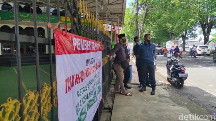 Pintu pagar Masjid Rhoudatul Muchlisin Timur di Lingkungan Condro, Kelurahan Kaliwates, Kecamatan Kaliwates digembok petugas keamanan masjid sebelum salat Jumat. Warga tidak bisa salat Jumat di masjid itu dan mencari tempat lain.