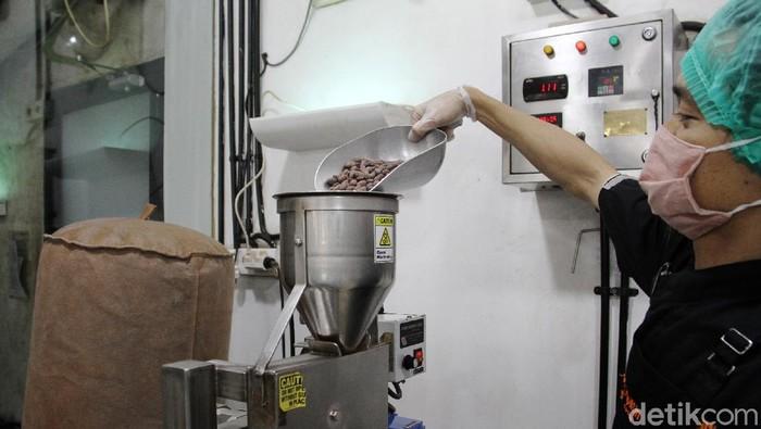 Seorang pekerja membungkus coklat yang sudah jadi di pabrik pembuatan coklat Pipiltin Cocoa di Jalan Barito, Jakarta Selatan, Jumat (5/2)). Pabrik coklat ini merupakan satu-satunya di Jakarta yang menjual beraneka ragam rasa coklat asli dari bahan baku coklat dari tanah Indonesia