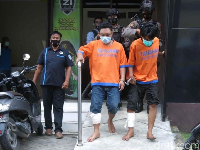 Polisi Sidoarjo menangkap dua pengedar sabu dan pil koplo. Karena melawan saat ditangkap, dua pengedar itu dihadiahi timah panas di kaki sebelah kiri.