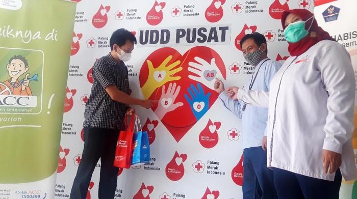 Astra International Tbk  menyerahkan Bantuan  Donor Plasma Konvalesen kepada Palang Merah Indonesia di Jakarta Kamis (5/2/2021).