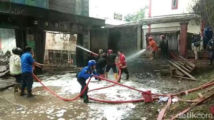 Polisi Cianjur usut dugaan penimbunan BBM ilegal di gudang yang terbakar