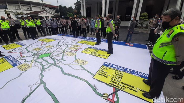 Polisi mendirikan pos sekat dalam penerapan ganjil genap di Bogor
