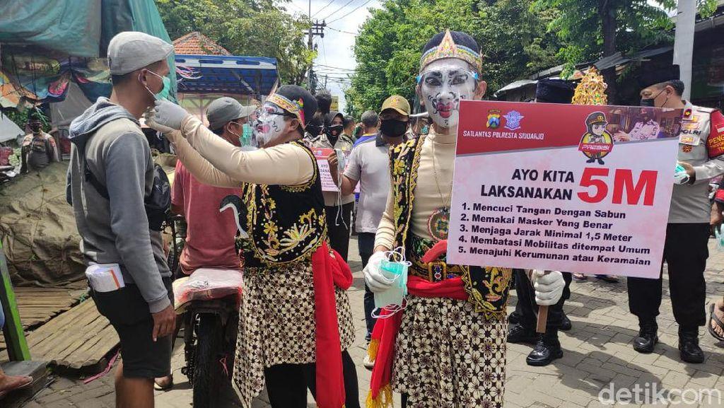 Gatotkaca dan Punakawan Bagi-bagi Masker di Pasar Baru Porong