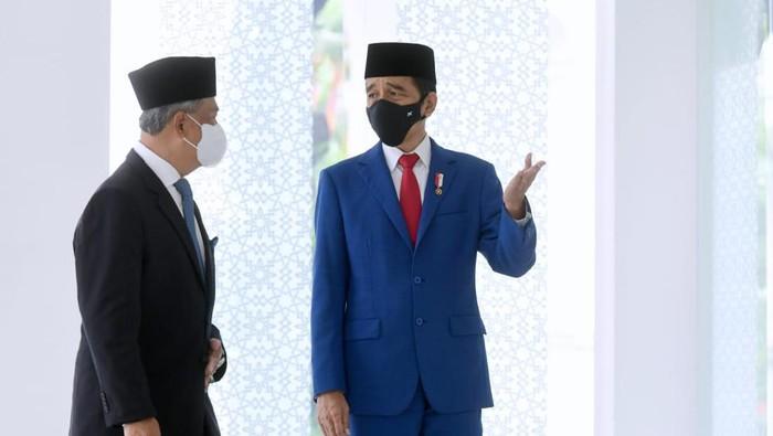 Presiden Jokowi dan PM Malaysia Muhyiddin Yassin salat Jumat di Masjid Baiturrahim Istana (Foto: Muchlis Jr - Biro Pers Sekretariat Presiden)