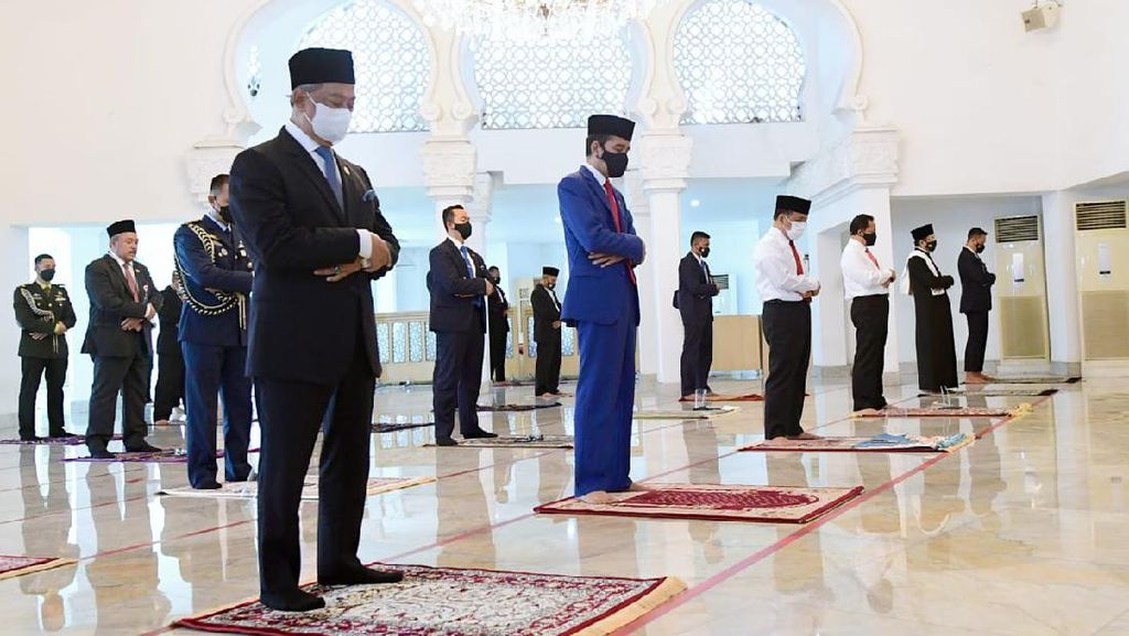 Momen Jokowi dan PM Malaysia Salat Jumat di Masjid Baiturrahim Istana