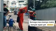 Salut! Pria Ini Traktir Minuman Boba untuk Dua Badut yang Kelelahan