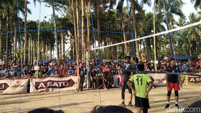 Turnamen voli di wilayah Kecamatan Cimanggu, Pandeglang, Banten memicu kerumunan massa. Ini foto-fotonya!