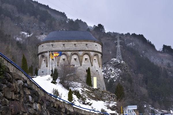 Stasiun ini dibangun oleh Raja Spanyol Alfonso XIII dan Presiden Prancis Gaston Doumerge pada 1928. Tujuannya untuk menghubungkan Spanyol dan Prancis.