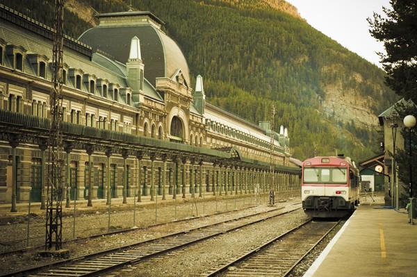 Bangunan dan puing-puing kereta dibiarkan terbengkalai sehingga kesan horor pun tak terhindarkan. Meskipun begitu, banyak wisatawan yang datang ke Stasiun Internasional Canfrac untuk napak tilas sejarah.