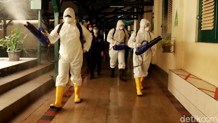 Lama tidak digunakan untuk kegiatan belajar mengajar (KBM) Tim Detoktaminasi Badan Intelejen Negara (BIN) lakukan penyemprotan disinfektan di SMA 3 Kota Bandung.