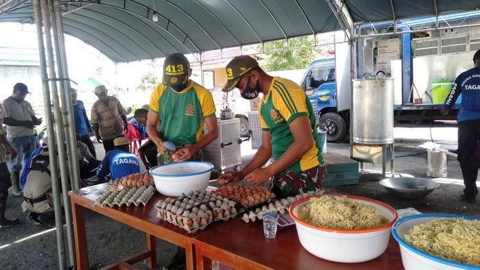 TNI Bangun Dapur Umum di Keerom, Bantu Pengungsi Banjir