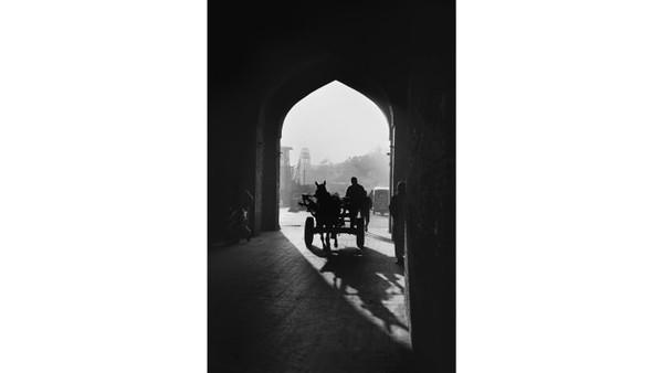 Foto hitam putih jalanan Lahore di Pakistan kepunyaan Indigo Larmour (12) memenangkan penghargaankontes fotoYoung Travel Photographer of the Year 2020. Ini adalah tahun kemenangan keduanya secara berturut-turut.