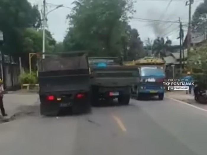Viral truk sipil dipepet truk TNI AL di tengah jalan Pontianak (Screenshot video viral)