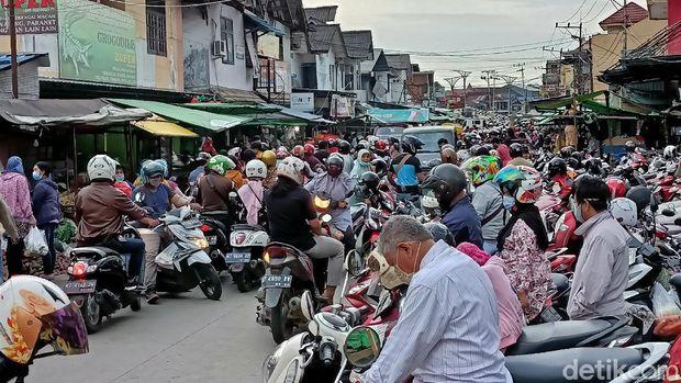 Warga Samarinda memenuhi pasar untuk membeli kebutuhan pokok setelah Gubernur Kaltim menyatakan akan memberlakukan Kaltim steril pada akhir pekan ini. (Budi Kurniawan/detikcom)