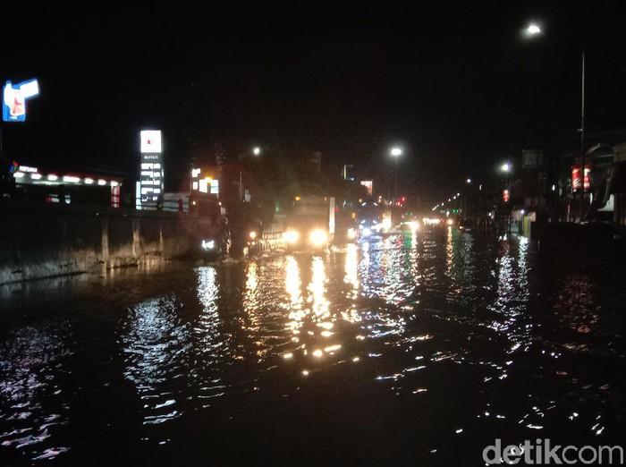 Banjir berwarna hitam dan berbau busuk di Kudus meluas ke jalur Pantura, Sabtu (6/2/2021).