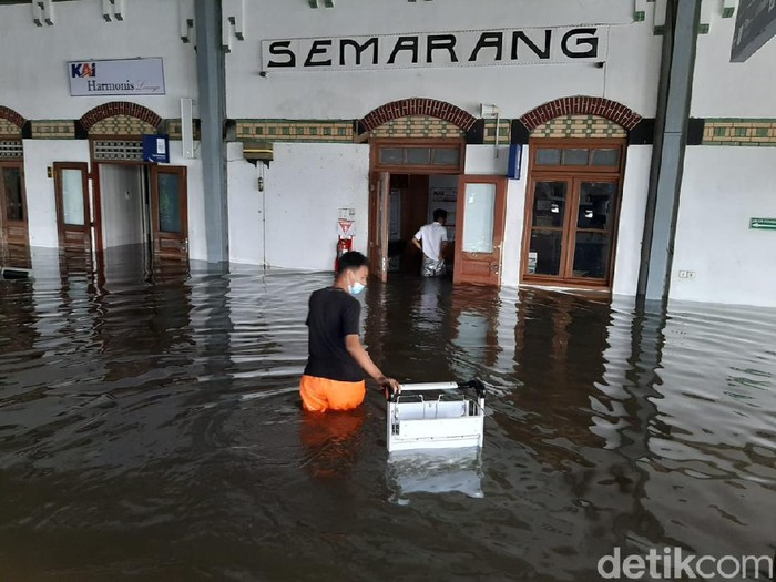 Banjir di Stasiun Tawang Semarang, Sabtu (6/2/2021).