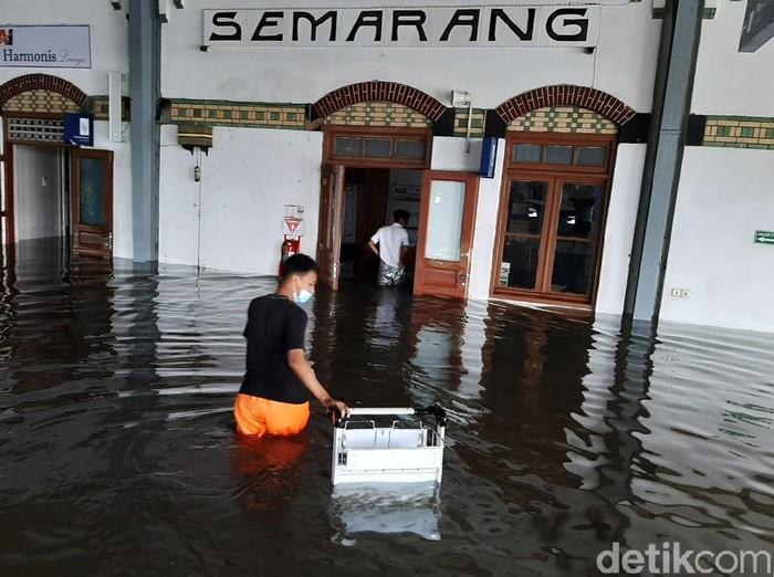Banjir juga merendam Stasiun Tawang, Semarang, Jawa Tengah, Sabtu (6/2/2021). Akibatnya sejumlah perjalanan kereta api terganggu akibat banjir.