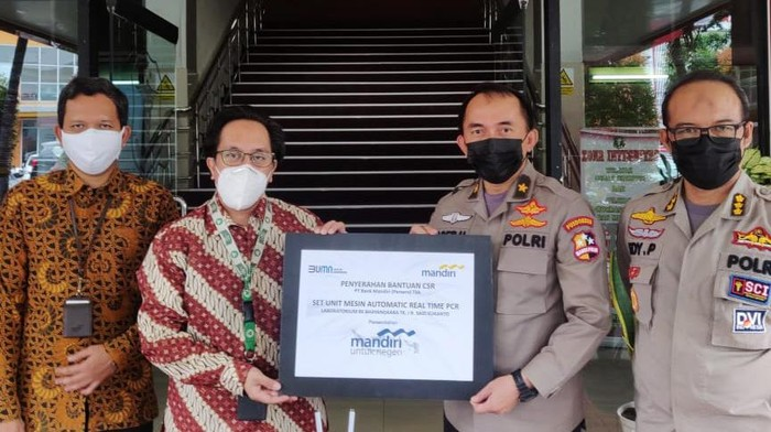Bank Mandiri memberikan bantuan satu set peralatan laboratorium mesin automatic realtime PCR ke Rumah Sakit Polri Said Sukanto, Jakarta Timur.