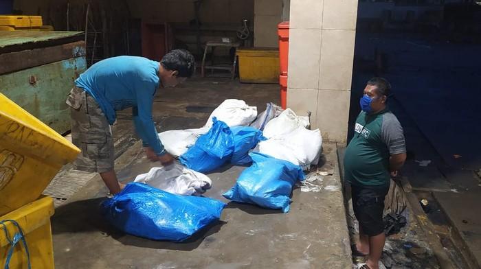 Barang  bukti karung berisi ikan cakalang yang dicuri pelaku
