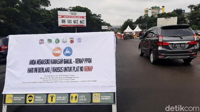 Petugas gabungan menggelar operasi terkait pemberlakukan aturan ganjil genap di Gerbang Tol Bogor (Branangsiang). Kendaraan bernopol ganjil diminta putar balik.