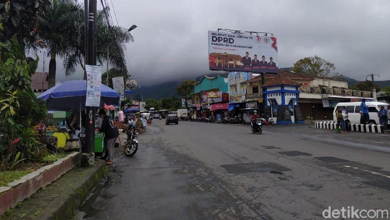 Jalanan dan pasar di kawasan wisata Tawangmangu lengang, Sabtu (6/2/2021)