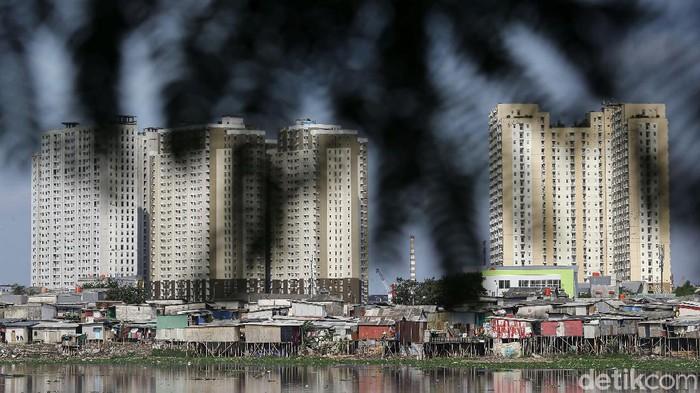 Tampak pemukiman padat penduduk dikawasan Waduk Pluit, Jakarta Utara, Jumat (5/2/2021). Meski sempat ada wacana penataan pemukiman kumuh di Waduk Pluit pada era kepemimpinan Gubernur DKI Jakarta Basiku Tjahaja Purnama, namun sampai saat ini hal tersebut tidak dilakukan.