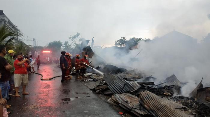 Pemadam api dari Badan Penanggulangan Bencana Daerah (BPBD) Kota Denpasar.
