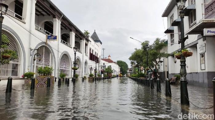 Hujan deras yang mengguyur Kota Semarang mengakibatkan banjir di banyak titik hari ini. Banjir juga merendam kawasan wisata Kota Lama Semarang.