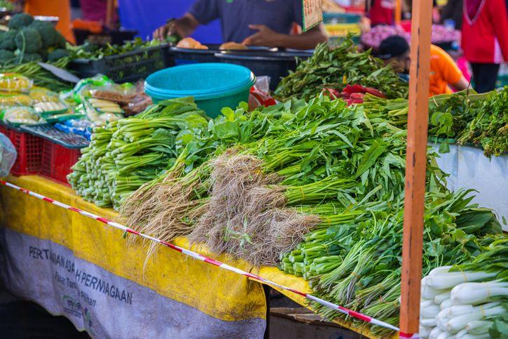 Harga Anjlok! 5 Petani Ini Buang Sayuran hingga Buah Naga ke Sungai