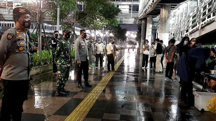 Polisi melakukan rapidtes antigen terhadap 13 ABG yang masih nongkrong di Kawasan Setiabudi